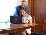 El abuelo sabe como calentar a su adolescente nieta