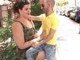 Ama de casa se liga a un hombre enano para follar con él