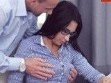 Le toca los pechos a su hija y ella no le dice nada, le gusta
