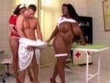 Las dos enfermeras gordas acaban abusando del paciente