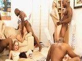 Las amigas disfrutan de una gran noche de sexo interracial