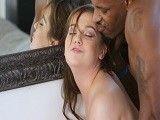 La joven se folla a su novio negro cuando su abuelo se va..