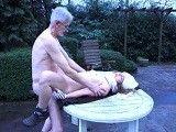 El viejo ofrece sexo a cambio de comida a la joven vagabunda