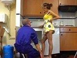 El fontanero se ve acosado por una ama de casa un poco puta
