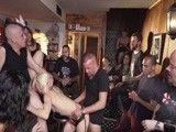 Mientras se la follan en el bar, el resto de clientes miran y graban