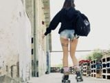 Alexa Nasha sale a patinar con unos pantalones cortisimos