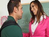 La profesora es una cerda y no duda en tener sexo en clase