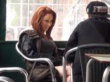 Masturbando a su novia en la terraza de un bar, menuda guarra