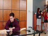 Las dos secretarias deciden follarse al nuevo becario