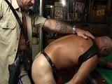 El agente de policía se folla un sospechoso habitual