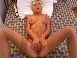 Grabando como se masturba su mujer con las medias puestas