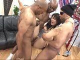 Tres hombres negros destrozan a esta mujer asiática