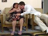 Madre rusa se folla a uno de los amigos de su hijo