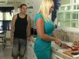 La tia se pone a hacer la cena, imposible no mirarla el culo