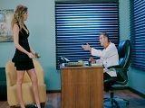 Alexis Adams va al despacho de su jefe a pedirle un favor