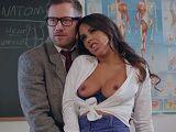 La zorra quiere aprobar el curso follándose a este profesor