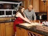 Se ponen a cocinar juntos y termina follando en la cocina