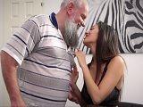 La nieta se despierta con ganas de follar con su abuelo