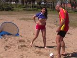 Nos encontramos con Valentina Nappi muy sexy en la playa