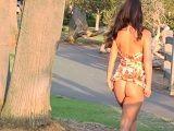 Eva Lovia desnuda por la calle y zorreando a la gente