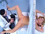 La milf Cherie Deville encantada con su nuevo ginecólogo
