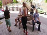 Blondie Fesser enseña tetas y culo por la calle, que zorra