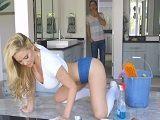 La señora de la limpieza no deja de enseñar culo todo el día