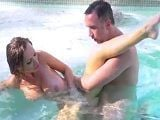 Nikki Benz follada por Keiran Lee dentro de la piscina