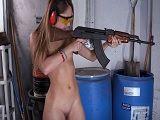 Pasa de disparar el arma para ponerse a mamar dos pollas