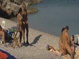 Menuda orgía que se montan estos amigos en la playa