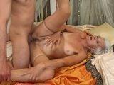Que cachondo que me pone mi abuela cuando se desnuda