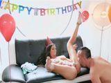 Esto si que es un regalo de cumpleaños, ella es Melissa Lynn