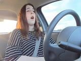 Será guarra, se masturba mientras está conduciendo..