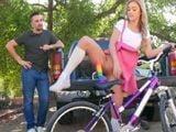 Le enseño a mi tío la nueva bicicleta que me he comprado