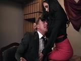 Le pone las tetas en la cara a su jefe, esta quiere rabo..