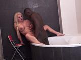 Madura colombiana empotrada en la ducha por un joven negro