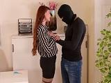 Entran a robar a la oficina y ella tiene que follarse al ladrón