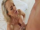 La diosa del porno Brandi Love la vemos follar en lencería