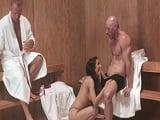Su marido se duerme y ella se folla a otro en la sauna..