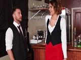 La camarera no deja de tontear con su nuevo compañero