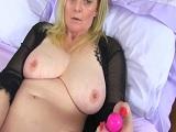 Madura británica disfruta del orgasmo con un buen dildo