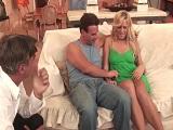 El marido es feliz viendo a su mujer follando con otro