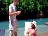 Su marido está harto de que haga topless en la piscina