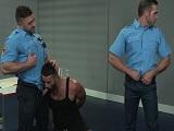 Entre los dos policías gays se follan a este guapo delincuente