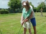 La madura quiere aprender golf, se le acerca el monitor..