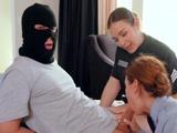 Lo que hacen las agentes de policía con el joven ladronzuelo