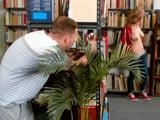 Espiando a la joven bibliotecaria, joder que tetas tiene ... !!