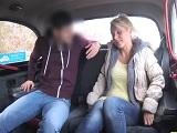 El taxista convence a la rubia para que se anime a follar..