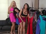 Mamá y sus cachondas amigas tontean en la tienda de ropa