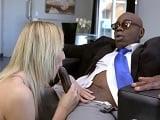 La jovencita Tiffany Watson saborea una polla negra